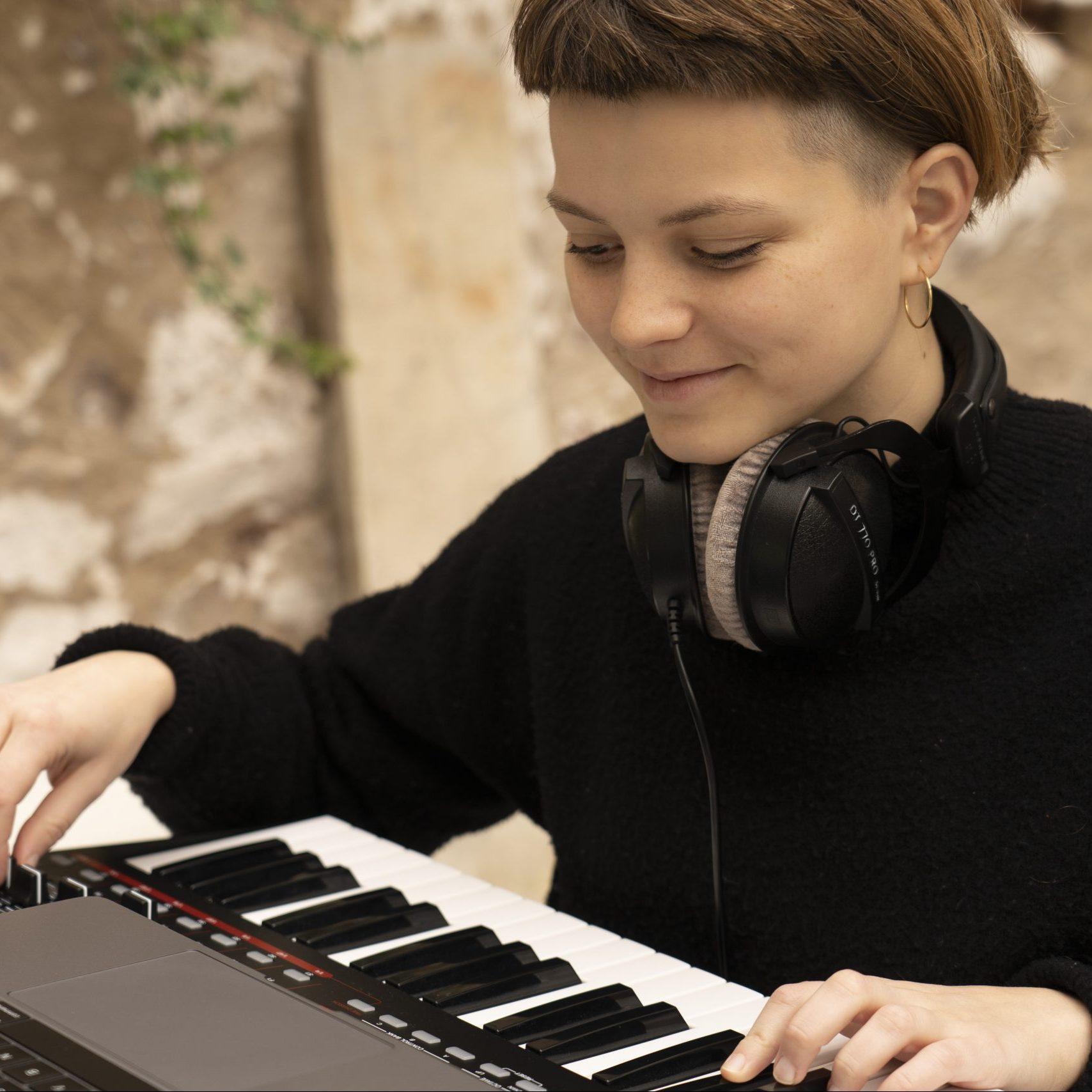 Alice Boyd playing a keyboard